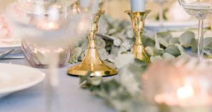 gouden kandelaren op tafel
